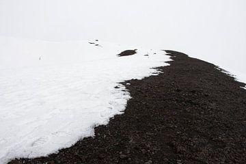 Besneeuwde vulkaankrater op de Etna von Jeroen Knippenberg