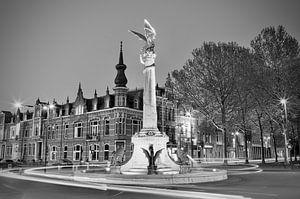 De Draak  van 's-Hertogenbosch bij avond in zwart/ wit
