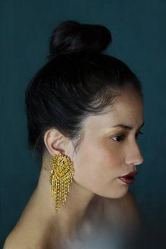Vrouw met gouden oorbel van Iris Kelly Kuntkes