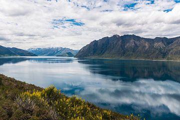 Schöne Reflexion im Lake Hawea, Neuseeland von Linda Schouw