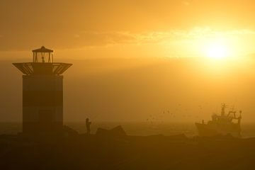 Fischer sieht Fischerboot zurückkommen von Remco Swiers
