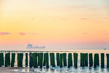 Zonsopkomst in Zeeland met passerend schip. van Ron van der Stappen