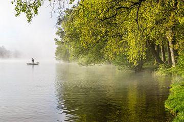 Eenzame visser in de mist van Gijs Rijsdijk