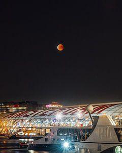 Bloedmaan boven Amsterdam van Dennis H