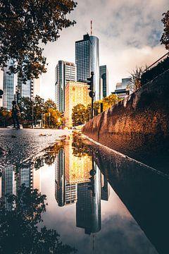 Reflectie in de straat van de wolkenkrabbers van Frnakfurt - Skyline van Fotos by Jan Wehnert