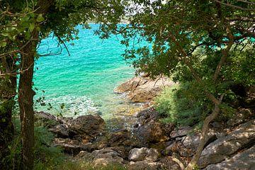 Côte naturelle rocheuse près de la ville de Krk en Croatie