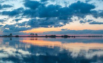 Reflet de nuages ??juste avant le lever du soleil à l' Kagerplassen à Warmond  sur