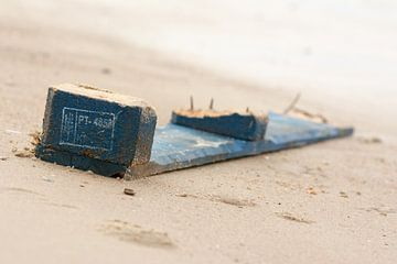 Sloophout op het strand van Michel Knikker