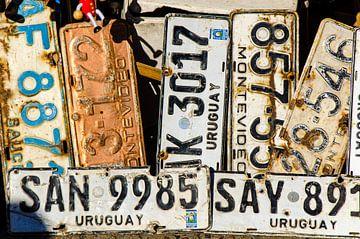 Autoborden op rommelmarkt in Montevideo in Urugauy van Dieter Walther