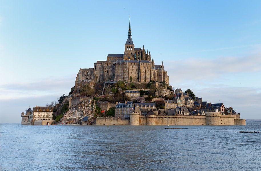 Mont Saint Michel tijdens supervloed.
