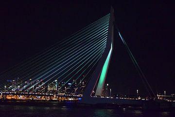 Gekleurde Rotterdamse Erasmusbrug in de nacht met de stad als achtergrond van Acutance Photography