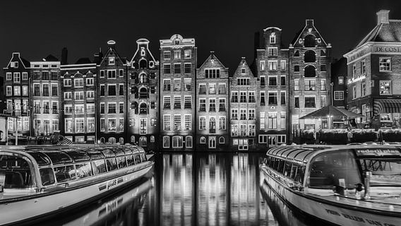 Damrak Amsterdam in zwart-wit