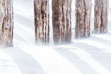 Paalhoofd met waaiend zand sur Ria Peene
