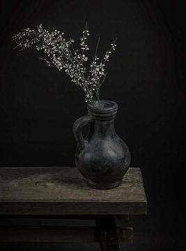 Stillleben Krug mit Blumen von Marjolein van Middelkoop