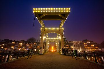 Magere brug Amsterdam 's nachts van Thea.Photo