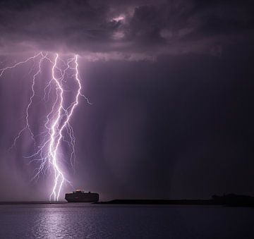Onweer boven schip van Paul Begijn