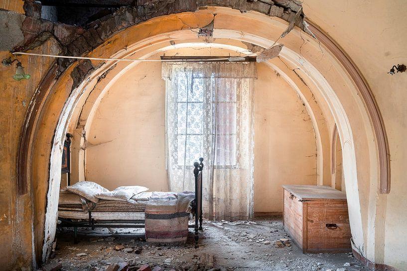 Verlassenes Schlafzimmer im Verfall. von Roman Robroek