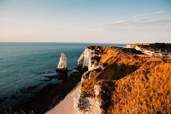 Franse kust met zonsondergang