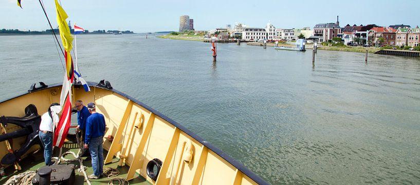 Maassluis gezien vanaf zeesleper de Elbe van Maurice Verschuur
