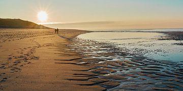 Wandeling op het strand in de winteravond van Bodo Balzer