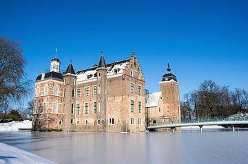 Middeleeuws kasteel in nederland met winter landschap en blauwe lucht.. van Marjolein Hameleers
