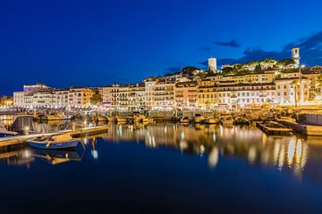 Oude stad en vissershaven van Cannes bij nacht van Werner Dieterich