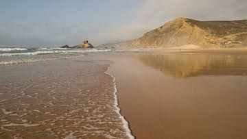 Weerspiegeling op Portugees strand
