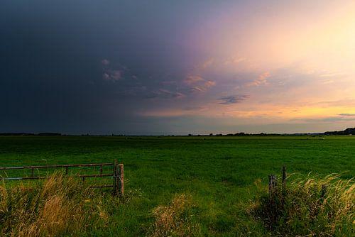 Storm op komst. in een weiland.