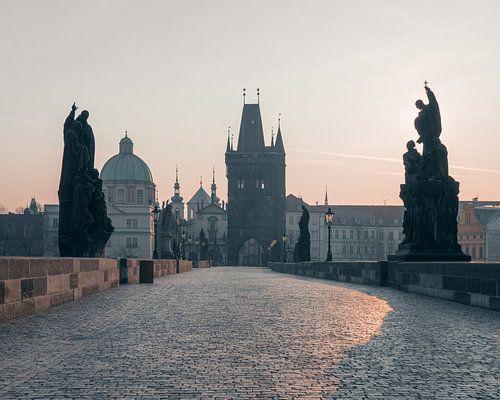 Praag: Karelsbrug bij zonsopkomst. van