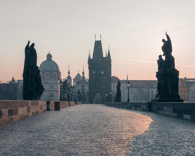 Praag: Karelsbrug bij zonsopkomst. van Olaf Kramer