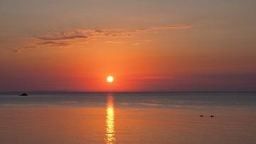 Sonnenaufgang am Meer, rot glühender Himmel von Edeltraut K. Schlichting