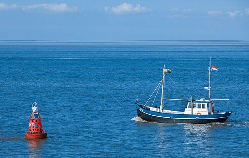 Garnalenvisser op de Waddenzee. van