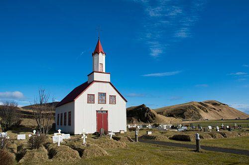Kerkje in het IJslandse landschap