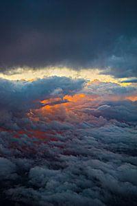 Ansicht von oben genanntem auf Wolken feiern mit untergehender Sonne