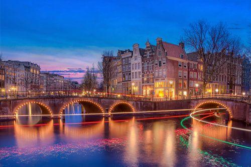Amsterdamse grachtenpanden in de avond van
