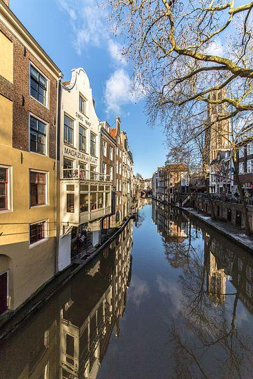 Reflecties in de Oudegracht te Utrecht gezien vanaf de Gaardbrug richting de Maartensbrug