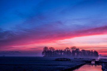 Blauw rode zonsopgang in de polder van Ton de Koning