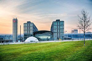 Berliner Hauptbahnhof im Sonnenuntergang von Pierre Wolter