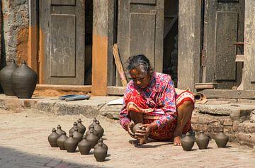 Pottenbakster aan het werk in Bhaktapur, Nepal van