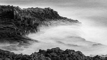 Vulkanische kust van Gran Canaria in zwart wit van de Roos Fotografie