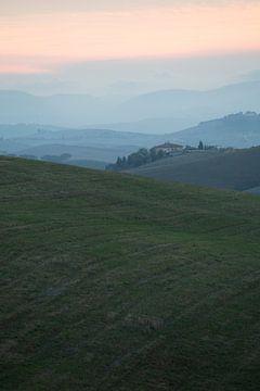 Huis in Toscaans heuvellandschap. van