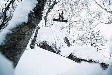 Spectaculaire actie foto van snowboarder hoog in de lucht van Hidde Hageman