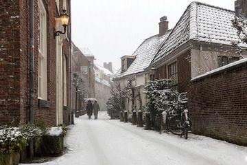 klassieke sneeuwfoto in de straatjes van Amersfoort van Dennisart Fotografie