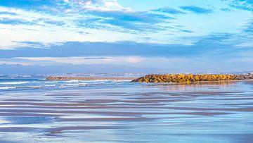 Weerspiegeling water in Costa da Caparica (Portugal) van Jessica Lokker