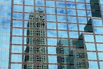De hauts bâtiments se reflètent dans un gratte-ciel sur Anna van Leeuwen