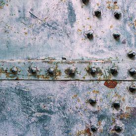 Detail stalen kerkdeur in Italie van Clazien Boot