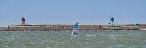 Windsurfen op het IJsselmeer bij de haven van Stavoren.