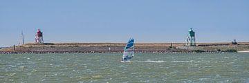 Windsurfen op het IJsselmeer bij de haven van Stavoren. van