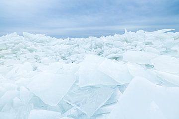 Kruiend ijs in winters landschap (Nederland) van Marcel Kerdijk