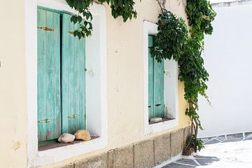 Maison grecque aux volets bleu-vert sur Naxos, une île de Grèce